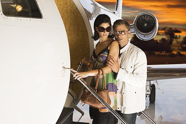 3 Giras artísticas (pareja subiendo al avión, lentes)